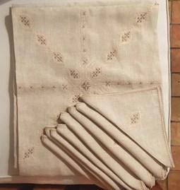 Nappe en lin brodé avec 8 serviettes