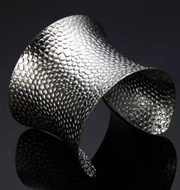 Bracelet martelé en métal blanc