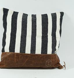 Coussins cuir et tissu brodé