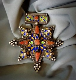 Croix boghdad en argent émaillé et Incrustée de corail