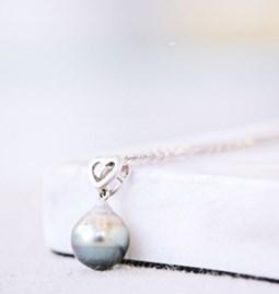 Chaine avec perle de Tahiti baroque et petit coeur en argent rhodié.